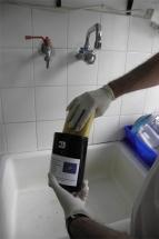 Καθαρισμός παγίδας ωοθεσίας με σφουγγάρι και σαπούνι με νερό