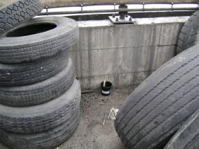 Ενδεικτικό σημείο τοποθέτησης παγίδας ωοθεσίας _ανάμεσα σε ελαστικά οχημάτων
